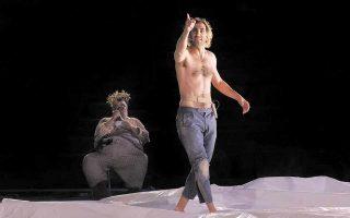 Στιβαρός Σιληνός ο Σταμάτης Κραουνάκης –τι ξεκαρδιστική στιγμή όταν απολάμβανε τα τεκταινόμενα τρώγοντας ένα γιαούρτι!–, ακριβής ο Χάρης Φραγκούλης ως Απόλλων, ενώ η Αμαλία Μουτούση «κατέκτησε» τον ποιητικό ρόλο της νύμφης Κυλλήνης με οίστρο και τσαχπινιά. Πάνω από όλα όμως, η φίνα, μαστόρικη δουλειά του Μαρμαρινού φάνηκε στον Χορό, πάνω στη μουσική του Βέλγου Billy John Bultheel. (Φωτ. ΠΑΤΡΟΚΛΟΣ ΣΚΑΦΙΔΑΣ)