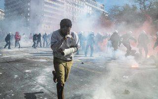 Διά πυρός και σιδήρου περνάει ο Μπέκετ (Τζον Ντέιβιντ Ουάσιγκτον), ο οποίος θα βρεθεί και εν μέσω βίαιων διαδηλώσεων στην πλατεία Συντάγματος. (Φωτ. ΓΙΑΝΝΗΣ ΔΡΑΚΟΥΛΙΔΗΣ / NETFLIX)