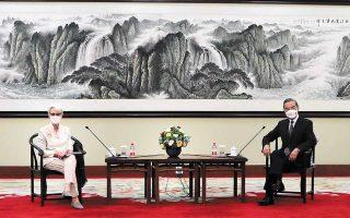 Η υπ' αριθμόν 2 του Στέιτ Ντιπάρτμεντ, Γουέντι Σέρμαν (αριστερά), συναντήθηκε χθες με τον Κινέζο υπουργό Εξωτερικών Γουάνγκ Γι (δεξιά) και τον υφυπουργό Εξωτερικών Σίε Φενγκ στην πόλη Τιαντζίνγκ, που βρίσκεται σε απόσταση μιας ώρας από το Πεκίνο, χωρίς ωστόσο να γίνει το πρώτο βήμα για μία συνάντηση μεταξύ του προέδρου των ΗΠΑ Τζο Μπάιντεν και του Κινέζου ομολόγου του Σι Τζινπίνγκ, στο περιθώριο της συνόδου G8. (Φωτ. U.S. DEPARTMENT OF STATE / HANDOUT VIA REUTERS)