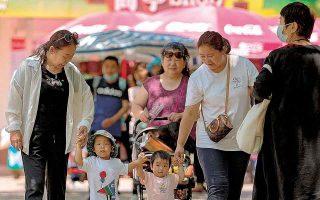 Η απόφαση της κινεζικής κυβέρνησης για τα φροντιστήρια είναι άμεσα συνδεδεμένη με την πολιτική του τρίτου παιδιού.