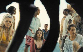 Ο Σιάμαλαν βάζει όλη του την τέχνη προκειμένου να «εφεύρει» πλάνα που θα μεταφέρουν στην απέραντη παραλία μια κλειστοφοβική ατμόσφαιρα.