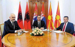 Ο πρόεδρος της Σερβίας Αλεξάντερ Βούτσιτς (κέντρο) συζητάει με τον πρωθυπουργό της Βόρειας Μακεδονίας, Ζόραν Ζάεφ (δεξιά), και τον πρωθυπουργό της Αλβανίας, Εντι Ράμα, τη δημιουργία ζώνης ελεύθερων μετακινήσεων. (Φωτ. Serbian Presidential Press Service via A.P.)