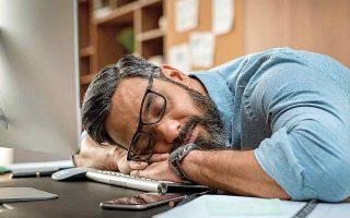 Η απουσία από την εργασία λόγω έλλειψης ύπνου εκτιμάται ότι αντιστοιχεί στην απώλεια 10 εκατ. ωρών εργασίας ετησίως στις ΗΠΑ, 4,8 εκατ. ωρών στην Ιαπωνία και 1,7 εκατ. ωρών στη Γερμανία. (Φωτ. SHUTTERSTOCK)