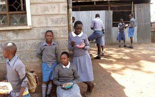 Mαθητές και μαθήτριες δημοτικού εν ώρα διαλείμματος, στο Ναϊρόμπι της Κένυας. Κατά την πανδημία, η αδικία έναντι των πιο περιθωριοποιημένων παιδιών, και ιδιαίτερα των κοριτσιών, στον τομέα της εκπαίδευσης, γιγαντώθηκε. (Φωτ. A.P.)