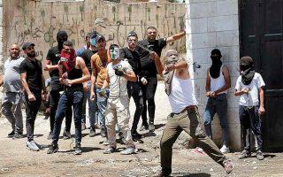 Ενταση με επεισόδια κατά τη διάρκεια της κηδείας του 12χρονου αγοριού, το οποίο κατά τους Παλαιστινίους σκοτώθηκε από ισραηλινά πυρά. (Φωτ. REUTERS / Mussa Qawasma)