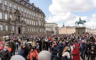 Πολλοί Δανοί βγήκαν την άνοιξη στους δρόμους για να διαδηλώσουν ενάντια στην αυστηροποίηση της μεταναστευτικής πολιτικής της κυβέρνησης, βάσει έκθεσης που παρουσιάζει ως «ασφαλή» τη Δαμασκό. (Φωτ. AP Photo/David Keyton)