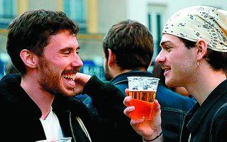 Απογευματινές μπίρες σε πλατεία, μετά την πλήρη επαναλειτουργία των καφέ και των εστιατορίων στο Παρίσι. Φωτ. REUTERS