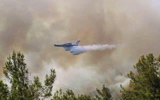 Εναέρια μέσα προσπαθούν να σβήσουν μία από τις εστίες πυρκαγιάς, στη Μαρμαρίδα. Φωτ. REUTERS / Kenan Gurbuz