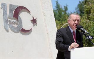 Ο Τούρκος πρόεδρος απευθύνει ομιλία μπροστά στο μνημείο για τους πεσόντες κατά το αποτυχημένο πραξικόπημα του 2016. Την Πέμπτη εγκαινίασε και μουσείο για την ημέρα εκείνη (φωτ.: Reuters).