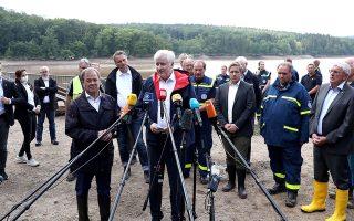 O Xoρστ Ζεεχόφερ κάνει δηλώσεις μετά την επίσκεψή του σε πλημμυροπαθείς περιοχές της χώρας (φωτ. EPA/FRIEDEMANN VOGEL).