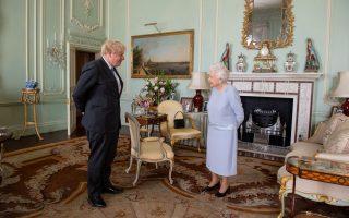 O Βρετανός πρωθυπουργός Μπόρις Τζόνσον κατηγορείται ότι πήγε να θέση τη ζωή της βασίλισσας Ελισάβετ σε κίνδυνο καθώς παρότι είχε κρούσματα κορωνοϊού στο περιβάλλον του το 2020 σκόπευε να συναντηθεί μαζί της (φωτ.: Reuters).
