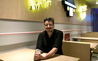 Ο Κώστας Καπετανάκης λίγο πριν από τα εγκαίνια του εστιατορίου. (Φωτογραφίες: ΚΩΝΣΤΑΝΤΙΝΟΣ ΤΣΑΚΑΛΙΔΗΣ/SOOC)