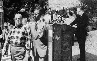 Αριστερά: 27.4.1980. Ο Κων. Καραμανλής με τον εκπρόσωπο της ΔΟΕ, Λουί Γκιραντού, στην Ολυμπία. (Φωτ. ΙΔΡΥΜΑ ΚΩΝΣΤΑΝΤΙΝΟΣ Γ. ΚΑΡΑΜΑΝΛΗΣ) Δεξιά: 6.7.1981. Ομιλία του προέδρου της ΔΟΕ, Χουάν Αντόνιο Σάμαρανκ, στην Πνύκα για τα 20 χρόνια της Διεθνούς Ολυμπιακής Ακαδημίας. (Φωτ. ΙΔΡΥΜΑ ΚΩΝΣΤΑΝΤΙΝΟΣ Γ. ΚΑΡΑΜΑΝΛΗΣ)