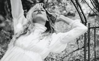 ΑΝΑΜΕΣA σε δύο χώρες, δύο κουλτούρες, πολλές επιρροές και με δημιουργική όρεξη, η Ιωάννα Γκίκα κέρδισε τις εντυπώσεις στο αθηναϊκό σόου του Dior.