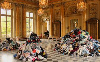 Έργο του Κριστιάν Μπολτανσκί από την ομαδική έκθεση με τίτλο «Take Me (I'm Yours)» που πραγματοποιήθηκε στο Monnaie de Paris το 2015 (δεξιά).