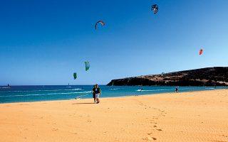 Το Πρασονήσι στα νότια του νησιού είναι ο προορισμός των σέρφερ (Φωτ: ΠΕΡΙΚΛΗΣ ΜΕΡΑΚΟΣ)