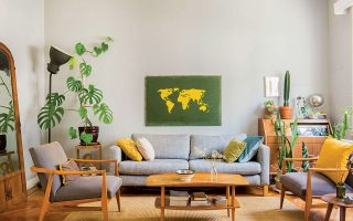 Vintage έπιπλα συνδυασμένα με καναπέ ΙΚΕΑ και πίνακας-χάρτης που βρήκε στα σκουπίδια. (Φωτ. ΑΛΙΝΑ ΛΕΦΑ)