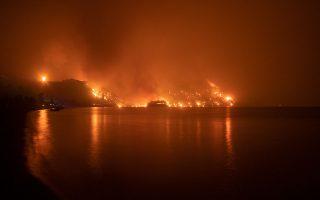 Η φωτιά συνέχιζε επί ημέρες το καταστροφικό της έργο, κινούμενη από την πλευρά του Ευβοϊκού μέχρι το Αιγαίο (φωτ. ΘΟΔΩΡΗΣ ΝΙΚΟΛΑΟΥ).