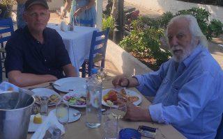 Η «Κ» «συνέλαβε» τον Οστερμάγιερ σε ένα λιτό μεσημεμβρινό γεύμα στην ψαροταβέρνα Ακρογιάλι παρέα με τον διάσημο Έλληνα σκηνογράφο Διονύση Φωτόπουλο. Φωτ. kathimerini.gr