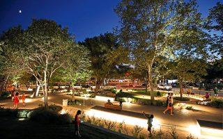 Όταν το βράδυ τα φώτα ανάβουν, ένα «Ααα!!!» ξεφεύγει από τα στόματα των ανθρώπων, διότι αίφνης η πλατεία μεταμορφώνεται σε ένα περιβάλλον ονειρικό. (Φωτογραφίες: ΝΙΚΟΣ ΚΟΚΚΑΛΙΑΣ)