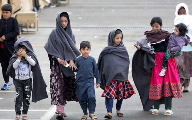 polonia-paidia-apo-to-afganistan-dilitiriastikan-me-manitaria-ekklisi-gia-dorites-organon-561479695