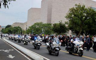 Πομπή αστυνομικών προς τιμήν του νεκρού συναδέλφου τους Reuters