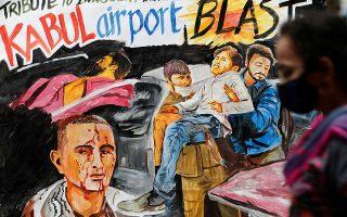 Γκράφιτι προς τιμήν των θυμάτων του αεροδρομίου της Καμπούλ, έξω από Σχολή Καλών Τεχνών στη Μουμπάϊ στην Ινδία. REUTERS/Francis Mascarenhas