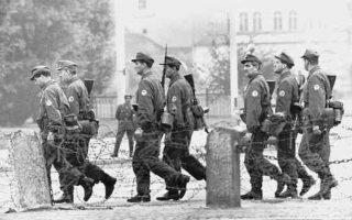 13 Αυγούστου 1961. Ανατολικογερμανοί στρατιώτες περιπολούν στα συρματοπλέγματα που χωρίζουν το Βερολίνο στα δύο.