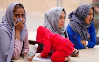 Γυναίκες από το Αφγανιστάν και ένα μικρό παιδί στην αμερικανική αεροπορική βάση Ramstein, στη Γερμανία. AP Photo/Matthias Schrader