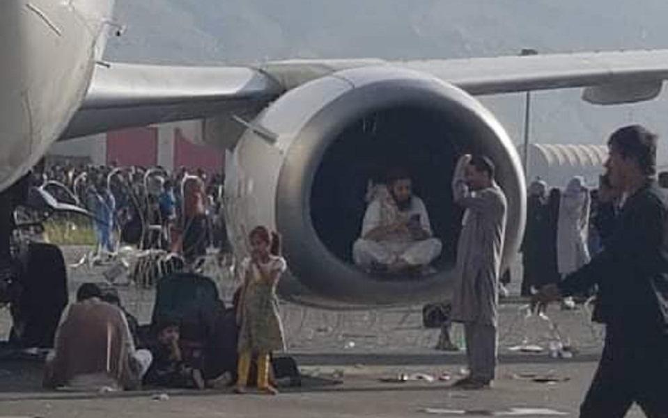 aerodromio-kampoyl-afganoi-peftoyn-sto-keno-apo-aeroplano-poy-apogeionetai-vinteo2