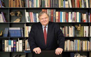 Ο Ευάγγελος Βενιζέλος στο γραφείο του στην Αθήνα. Ο ίδιος έχει πρωταγωνιστήσει σε όλες τις θεσμικές μεταβολές των τελευταίων δεκαετιών.