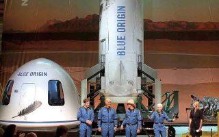 Από αριστερά: Ο Ολιβερ Ντέμεν, ο Μαρκ Μπέζος, ο Τζεφ Μπέζος και η 82χρονη Μέρι Ουάλας Φανκ στη συνέντευξη Τύπου μετά την πτήση τους στα όρια του Διαστήματος. (Φωτ. EPA / BLUE ORIGIN)