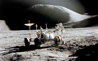 O Τζιμ Ιρβιν και το πρωτοποριακό όχημα των Boeing και General Motors στη Σελήνη, στις 31 Ιουλίου 1971. Στο βάθος δεσπόζει το όρος Χάντλεϊ. (Φωτ. NASA / DAVID SCOTT)
