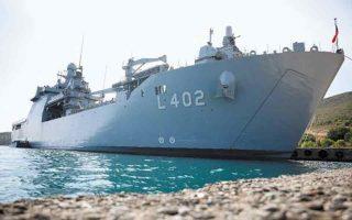 Το υπουργείο Αμυνας της Τουρκίας παρουσίασε στους δημοσιογράφους το αρματαγωγό - αποβατικό πλοίο «TCG Bayraktar», ενώ το «σόου» συμπλήρωσαν εικόνες από άσκηση απόβασης ανδρών των ειδικών δυνάμεων.