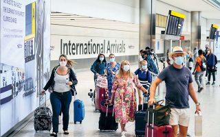 Αύξηση κρατήσεων 300% προβλέπουν αεροπορικές, καθώς από χθες Αμερικανοί και Ευρωπαίοι που καταφθάνουν στο αεροδρόμιο Χίθροου του Λονδίνου και είναι πλήρως εμβολιασμένοι δεν μπαίνουν σε καραντίνα (φωτ. A.P. Photo / Matt Dunham).