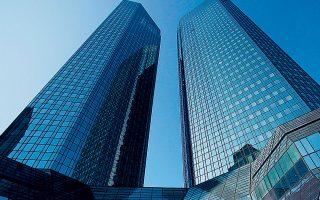 Ακόμη και υπό το δυσμενές σενάριο, το οποίο είναι ακραίο, οι ελληνικές τράπεζες εμφανίζονται πιο ανθεκτικές από αρκετές ευρωπαϊκές, όπως οι Deutsche Bank (φωτ. Reuters), Société Générale και Sabadell.
