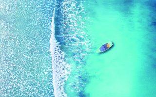 «Ελα να μάθεις αν η θάλασσα έχει δίκιο / Ελα να δεις την καρδιά μου να χορεύει / Αν χορέψω με τη βάρκα μου / Δεν θα βγω στην άγρια θάλασσα / Και δεν θα της πω που πήγα να τραγουδήσω / Να χαμογελάσω, να χορέψω, να ζήσω, να ονειρευτώ... Μαζί σου». Φωτ. SHUTTERSTOCK