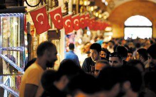 Το τουρκικό νόμισμα έχει υποτιμηθεί κατά περαιτέρω 15% από τα τέλη Μαρτίου, οπότε ανέλαβε καθήκοντα ο διοικητής της Τράπεζας της Τουρκίας, Σαχάπ Καβτσίογλου. Προς το παρόν, η κεντρική τράπεζα αρκείται σε αισιόδοξες προβλέψεις περί σταδιακής αποκλιμάκωσης του πληθωρισμού τους επόμενους μήνες (φωτ. A.P.).