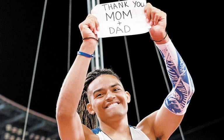 Ο Καραλής μόλις ολοκλήρωσε τον αγώνα έκανε μια ιδιαίτερη και συγκινητική αφιέρωση στους γονείς του, δείχνοντας στις κάμερες ένα χαρτί στο οποίο έγραφε: «Ευχαριστώ μαμά και μπαμπά» (φωτ. REUTERS).