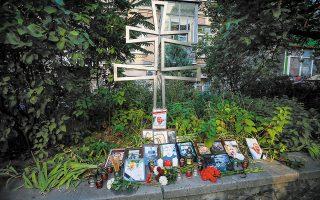 Λουλούδια και φωτογραφίες του Βιτάλι Σισόβ έξω από την πρεσβεία της Λευκορωσίας στην Ουκρανία (φωτ. REUTERS / Gleb Garanich).