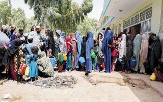 Οικογένειες που έχουν εγκαταλείψει τις εστίες τους διαμένουν σε προσωρινά καταλύματα στην Κανταχάρ. Τη Δευτέρα, το αμερικανικό υπουργείο Εξωτερικών ανακοίνωσε νέο πρόγραμμα υποδοχής προσφύγων από το Αφγανιστάν (φωτ. EPA / M. SADIQ).