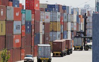 Το κόστος της φόρτωσης εμπορευματοκιβωτίων έχει κυριολεκτικά πενταπλασιαστεί από περίπου 3.000 δολάρια στις 15.000 έκαστο. Παράλληλα, ο χρόνος για τη μεταφορά των προϊόντων στις αγορές της Ευρώπης από την Κίνα έχει παραταθεί κατά μία εβδομάδα (φωτ. A.P.).