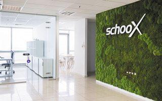 Η Schoox, που έχει έδρα στο Οστιν του Τέξας και παρουσία στη Θεσσαλονίκη, ιδρύθηκε το 2012 και δραστηριοποιείται στον τομέα του talent development. Σήμερα προσφέρει υπηρεσίες σε 2.000 πελάτες, κυρίως από τις ΗΠΑ, ενώ έχει εκπαιδεύσει 15 εκατ. υπαλλήλους, διατηρώντας παρουσία σε 120 χώρες.