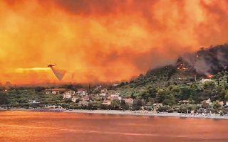 Εικόνα αποκάλυψης από τις Ροβιές Ευβοίας. Στην περιοχή κάηκαν σπίτια και απομακρύνθηκαν άνθρωποι μέσω θαλάσσης.