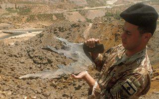 Στρατιώτης του Λιβάνου κρατάει μέρος ενός ισραηλινού πυραύλου έπειτα από αεροπορική επίθεση σε αγροτική περιοχή της χώρας (φωτ. A.P. Photo / Mohammed Zaatari).