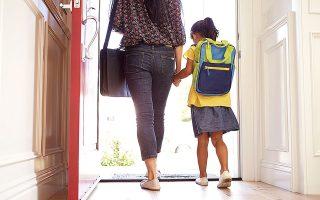 Ακόμα και γονείς σε περιφέρειες που ήδη ανακοίνωσαν ότι τα σχολεία θα λειτουργήσουν με φυσική παρουσία τη νέα χρονιά δεν γνωρίζουν ακριβώς τι πρόκειται να συμβεί (φωτ. SHUTTERSTOCK).