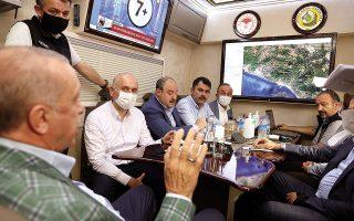 O Ρετζέπ Ταγίπ Ερντογάν μιλάει με τους υπουργούς του για τις μεγάλες πυρκαγιές στα παράλια της χώρας (φωτ. Turkish Presidency via A.P., Pool).