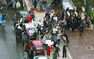 Σοβαρά επεισόδια στην Τεχεράνη με ελληνικά αυτοκίνητα στον δρόμο; Πρόκειται για γυρίσματα της επιτυχημένης κατασκοπικής σειράς «Τεχεράνη», η οποία, όπως υποδηλώνει και ο τίτλος της, λαμβάνει χώρα στην ιρανική πρωτεύουσα, που εν προκειμένω είναι... η ελληνική.