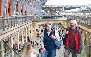 Mειώνεται σταδιακά ο αριθμός των νέων κρουσμάτων σε Αγγλία, Ουαλλία και Σκωτία, σύμφωνα με τη βρετανική εθνική στατιστική υπηρεσία. Στιγμιότυπο από τον πολυσύχναστο σιδηροδρομικό σταθμό St Pancras (φωτ. REUTERS / Henry Nicholls).