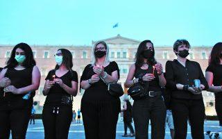 Διαμαρτυρία στο Σύνταγμα από γυναικείες οργανώσεις με αφορμή τη δολοφονία της Καρολάιν. Το έγκλημα στα Γλυκά Νερά «έκανε πολλές γυναίκες να συνειδητοποιήσουν πόσο λίγο απέχουν από το να βρεθούν στη θέση της». Φωτ. INTIME NEWS / ΓΙΑΝΝΗΣ ΛΙΑΚΟΣ
